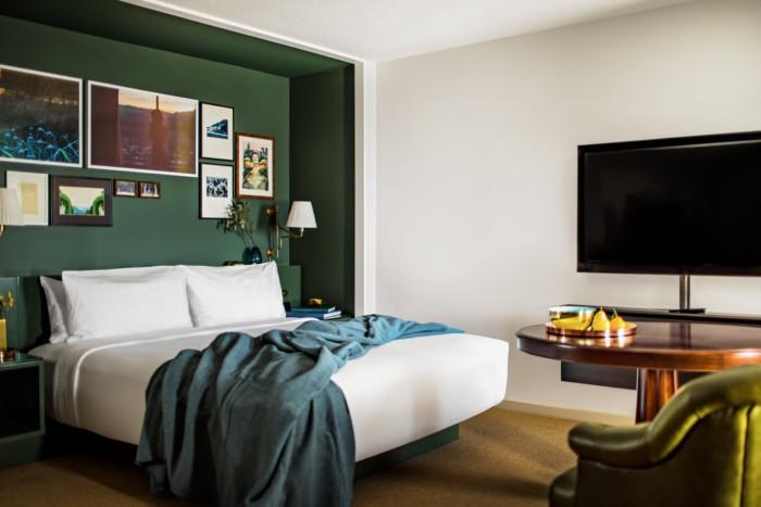 https://suiteness.imgix.net/destinations/las-vegas/park-mgm-las-vegas/suites/park-mgm-nighthawk-king-suite/bedroom.tif?w=96px&h=64px&crop=edges&auto=compress,format