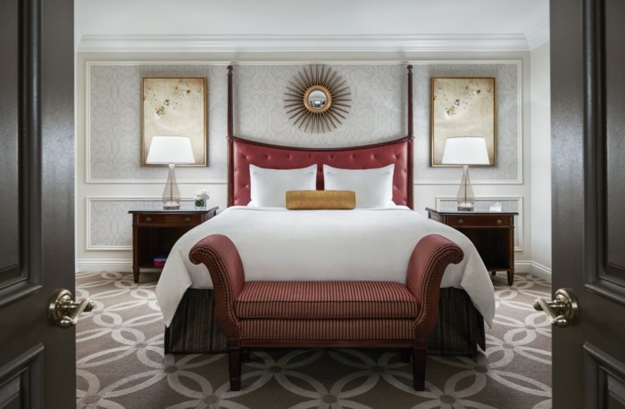 https://suiteness.imgix.net/destinations/las-vegas/the-venetian-resort-hotel-casino/suites/piazza-view-suite-bella-view-suite/piazza-bed.jpg?w=96px&h=64px&crop=edges&auto=compress,format